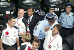 Fransk politi kommer for å ta beslag i BAR-bilene. (Foto: AFP)
