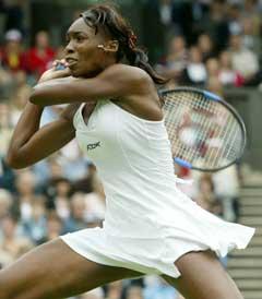 Venus Williams returnerer en serve fra Kim Clijsters. (AP Photo/Anja Niedringhaus)