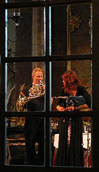 Runar Tafjord og Kathryn Tickell sett gjennom glassdør til brudelosjen i Kongsberg kirke. Foto: Arne Kristian Gansmo, NRK.no/musikk.