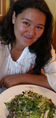Sonja Lee med kyllingsalat.