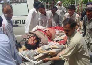 Hjelpemannskap bærer bort døde og sårede etter angrepet mot moskéen i Quetta i Pakistan fredag 4. juli. Foto: Reuters/Rizan Saeed
