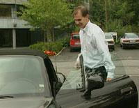 Carl Fredrik Seim går inn i en av luksusbilene sine, en BMW Z3, etter et intervju hos NRK Hordaland i fjor.