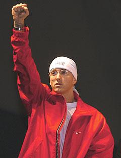 Stadig nye skandaler fra rap-kongen Eminem. Nå etterforskes han av amerikanske myndigheter for å synge om ønske presidenten død. Foto: AP Photo / Rob Widdis.