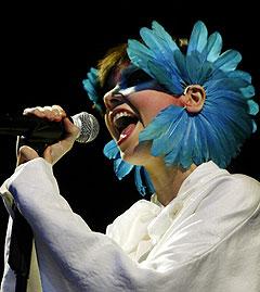Islandske Bjørk slik hun så ut under Roskilde-festivalen. Torsdag kl. 22.30 entrer hun Vintergata-scenen på Arvikafestivalen. Foto: Carl Redhead / SCANPIX.