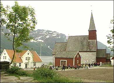 Kyrkja og prestegarden. (Foto: Asle Veien, NRK)