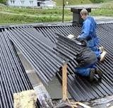 To menn måtte på taket for å reparere hullet etter tyvene.