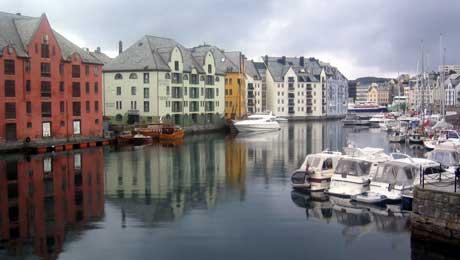 Ålesund har rike kringkastingstradisjonar. Alt hausten 1924 ble det gjort forsøk med sendingar.