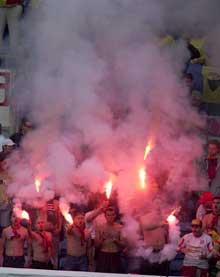 Rumenske supporterne med bengalske lys på tribunen under kampen mot Norge. (Foto: Jarl Fr. Erichsen / SCANPIX)