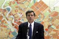 BREMER under sin første tale i byrådet i Bagdad (Scanpix/AFP)