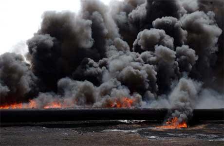 Oljeledning brenner sør for Basra (Scanpix/AP)