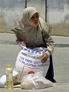 Den 12 år gamle palestinske jenta Napilh Ali henter mat i flyktningleiren Jabaliya i Gaza (Foto: AP/Scanpix)