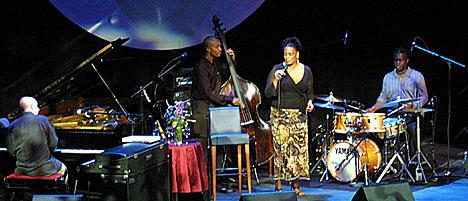 Dianne Reeves med band; Peter Martin på piano, Greg Hutchinson på trommer og Reuben Rogers på bass. Foto: Arne Kristian Gansmo, NRK.no/musikk