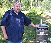 Bjørn Olav Hagren viser hvor søppelet skal kastes.