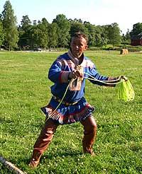 Lassokasting er ingen kunst for en erfaren reindriftssame som Johan Eira. Foto: NRK.