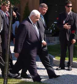 UENIGE: Statsministrene Ariel Sharon og Kjell Magne Bondevik er uenige om kontakten med Yasir Arafat. Foto Scanpix/Heiko Junge