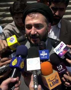 INNRØMTE DØDSFALL: Visepresident Mohammad Ali Abtahi måtte forklare seg for et stort presseoppbud i dag. Foto: Scanpix