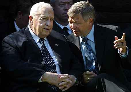 Statsminister Ariel Sharon lytter til Kjell Magne Bondevik. Foto: Sven Nackstrand, AFP