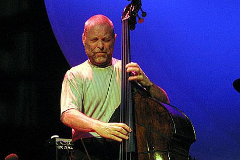 Dave Holland i et intenst øyeblikk. Foto: Arne Kristian Gansmo, NRK.no/musikk.