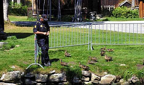 En politimann med maskinpistol mater ender før Sharon kommer. Foto: Arne Kristian Gansmo, NRK.no/musikk.
