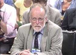 Den britiske våpenenksperten David Kelly havnet i kryssild mellom BBC og regjeringen. (Arkivfoto)