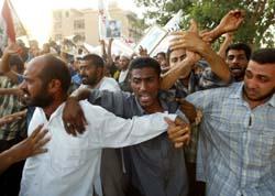 Demonstrerende sjia-muslimer utenfor USAs administrasjonssenter i Bagdad. (Foto: S. Rellandini, Reuters)
