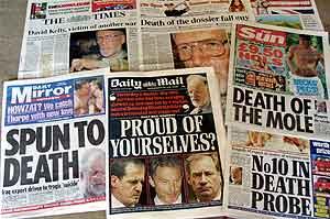 Britiske aviser etter at Kellys død ble kjent. Foto: Martin Cleaver (AP)