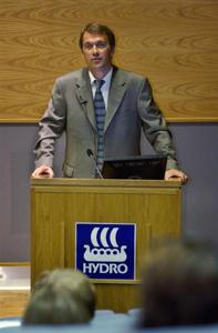 SVEKKET HYDRO-AKSJE: Hydro-aksjen svekket seg da generaldirektør Eivind Reiten i Norsk Hydro hadde lagt fram et kvartalsresultat som var svakere enn fjorårets. (Foto: SCANPIX)