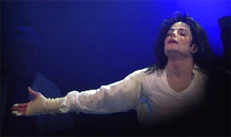... Michael Jackson og blir til... Foto: Mark Lennihan, / AP.