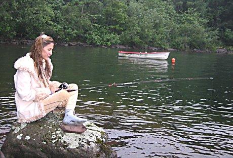 Fisking er noe av det Michele Waagaard bruker tiden til når hun er på Ulvøya i Tyrifjorden.