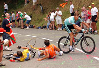 Lance Armstrong og Iban Mayo er nede for telling etter at Armstrong hektet i en tilskuer. Jan Ullrich unngår de to såvidt. (Foto: Reuters)