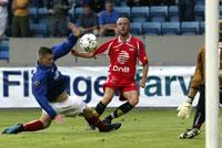 Thomas Lund plasserer ballen i mål mot Vålerenga. (Foto: Morten Holm/Scanpix)