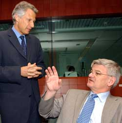 KRITISERTE IRAN: EUs utenriksministre, her ved Joschka Fischer, Tyskland, og Dominique de Villepin, Frankrike, ber Iran samarbeide bedre. Foto Scanpix/AP