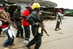 Regjeringssoldater prøver å ta tilbake ei bru i Monrovia. (Foto: G. Gobet, AFP)