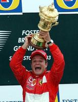 Rubens Barrichello jublet hemningsløst etter å ha vunnet på Silverstone. Men nå har han ødelagt trofeet. (Foto: AP Photo/Max Nash)