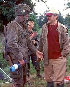 """Matthew Settle og Steven Spielberg under innspillingen av """"Krigens brorskap"""" (Foto: Home Box Office)"""