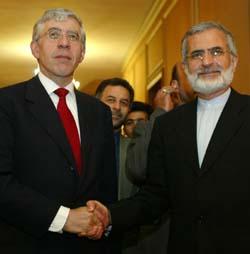 Irans utenriksminister Kamal Kharazi tok imot IAEA-direktør Mohammed El Baradei (t.v.) i Teheran tidligere denne måneden. (Foto: H. Fahimi, AFP)