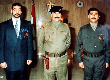 Saddam Hussein fotografert med sønnene Uday (til venstre) og Qusay i et fotografi fra desember 1996. (Foto: Reuters/Scanpix)