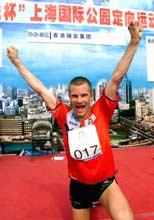 Bjørnar Valstad jubler etter seieren i et verdenscup-løp i Shanghai. Foto: Thommy Nyhlen/SCANPIX.