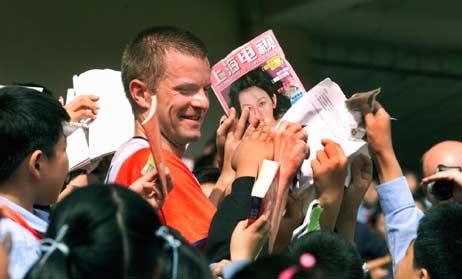 Mange vil ha autografer etter at Bjørnar Valstad gikk til topps i et verdenscup-løp i parkorientering i Shanghai. Foto: Thommy Nyhlen/SCANPIX.