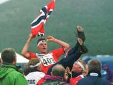 VM-kongen Bjørnar Valstad kastes i været etter en stafettseier. Foto: Thommy Nytlen/SCANPIX.