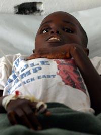 BARN LIDER: Mange barn er syke og lider av akutt mangel på mat og vann i Liberia (Foto: AP/ Scanpix).