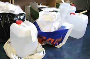 BESLAGLAGT: Politiet har beslaglagt nye kanner med metanol. Denne gangen er de hvite med rød kork (Foto: AP/ Scanpix).