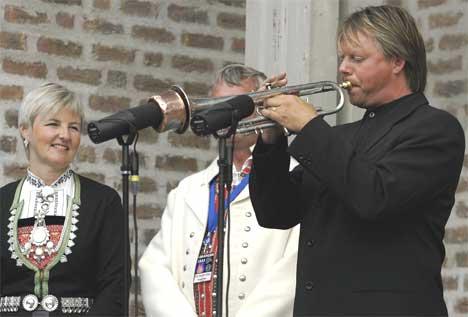 Ole Edvard Antonsen spilte under åpningen av Olavsfestdagen i Trondheim fredag. Til venstre kultur - og kirkeminister Valgerd Svarstad Haugland. Foto: Knut Fjeldstad / SCANPIX.