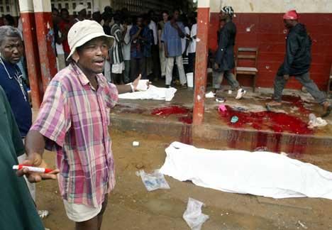 TRAGEDIE: Folk fortvilte etter angrepet på en skole i nærheten av ambassadestrøket i Monrovia i dag. Foto: Scanpix/AP