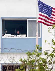 PÅ VAKT: Amerikanske marinesoldater vokter den amerikanske ambassaden, like ved der tragedien i dag utspilte seg. Foto: Scanpix/Ap