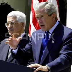 SA JA: President George W. Bush bekreftet under pressekonferansen med den palestinske statsministeren Mahmoud Abbas at USA sender militære styrker til Liberia. Foto: Scanpix/AFP.