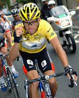 Lance Armstrong skåler på siste etappe tour de france 2003 (Foto: Christophe Ena/AP)