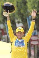 Lance Armstrong med det synlige beviset for seieren i Tour de France 2003. (Foto: Laurent Rebours/AP)