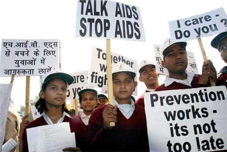 Skoleungdom deltar i en markering som skal øke bevisstheten om hiv og aids (Foto Scanpix/AP)
