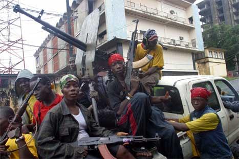 Soldatar som støttar president Charles Taylor prøvar å hindre opprørarane å innta Monrovia. (AP_foto)
